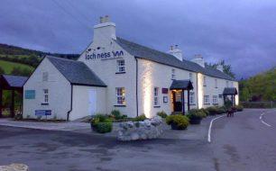 Loch_Ness_Inn_at_night