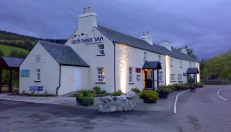 Loch_Ness_Inn_at_night
